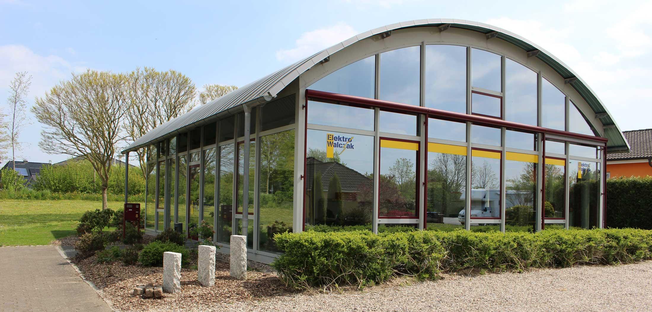 Das verglaste Firmengebäude von Elektro Walczak in Barkelsby